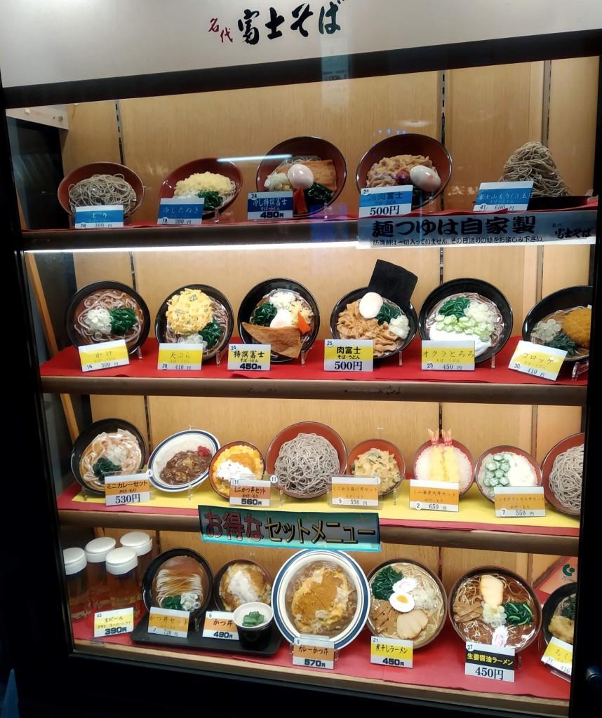 Umělé jídlo vystavené před každou restaurací
